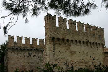 Крепостная стена в древнем городке Fano.