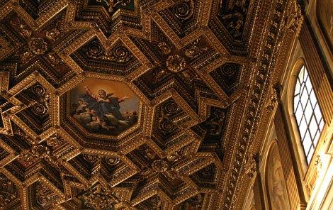 Богато украшенный потолок в церкви Santa Maria in Trastevere.