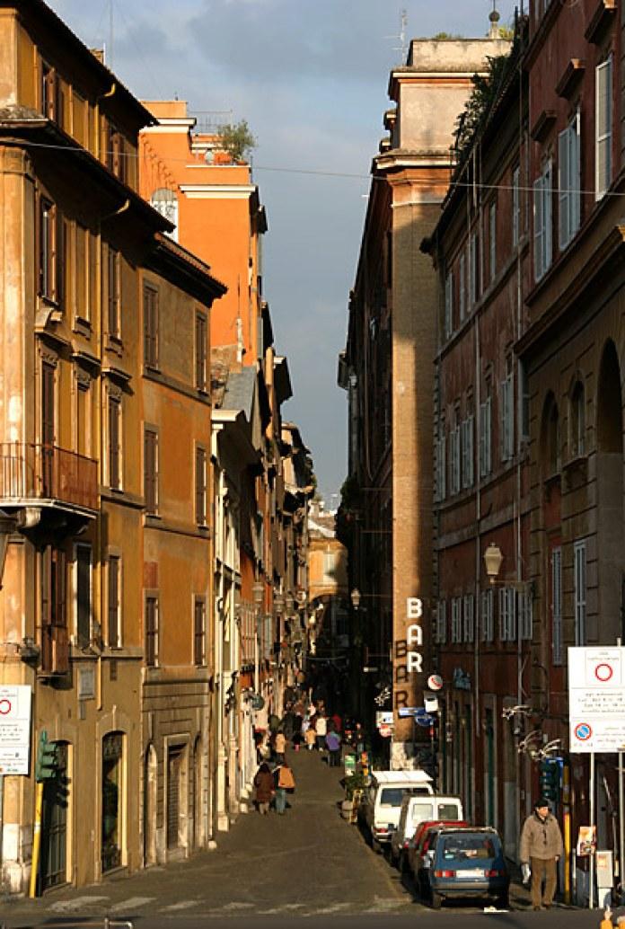 Римская улочка, залитая вечерним солнцем.