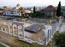 Руины Римской Агоры. Церковь без креста - мечеть The Fethiye Mosque, построенная турками в 15-м веке.