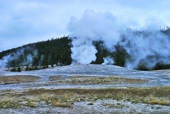 """Гейзер """"Old Faithful"""" готовится к извержению."""