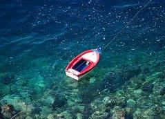 Рыбацкая лодка у крошечного порта Amoudi.