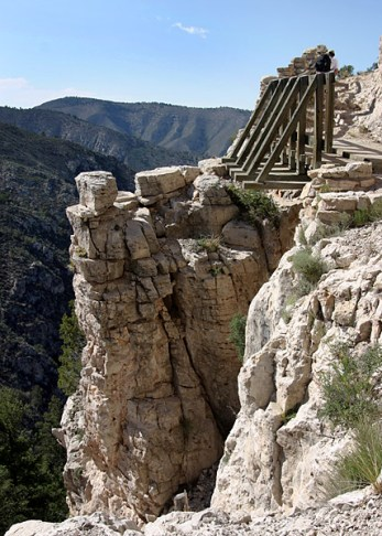 """Тяжелая и опасная тропа """"Guadalupe Peak"""" через ущелья."""