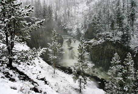 Водопад под снегом вдоль круговой дороги Firehole Canyon drive.