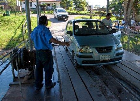 Въезд на паром, две машины максимум. По пути в Шунантунич.