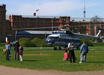 Вертолет Ми-8, катающий туристов.