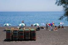 Черно-серый пляж Камари.
