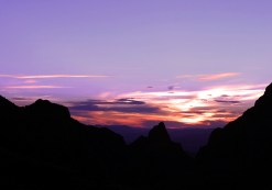 Сиреневый закат над горной грядой Chisos Mountains.