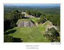 Вид с вершины Эль Кастильо на частично раскопанный город Шунантунич, и джунгли Белиза и Гватемалы.