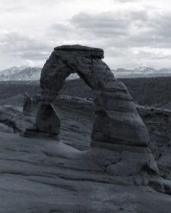 Изящная арка (Delicate arch) на фоне La Sal mountains.