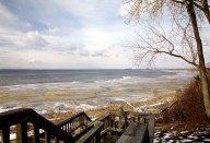 Деревянные ступеньки, ведущие на берег озера.
