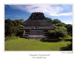 El Castillo (высота 40 метров) - главный храм Шунантунича. VII-IX вв.