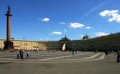 Дворцовая площадь поздней весной.