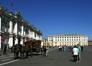 Карета для туристов на Дворцовой площади.