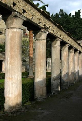 Ряд колонн вдоль Палестры (гимнастической школы). Геркуланум.