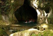 Вход в пещеру Actun Tunichil Muknal - только вплавь.
