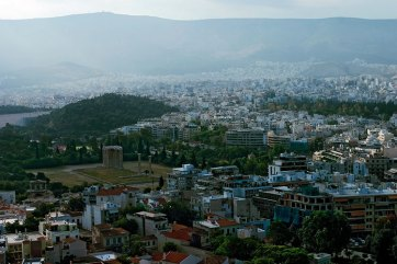 Утро в Афинах. Среди бесформенных домов хорошо выделяются стройные колонны храма Зевса-олимпийца.