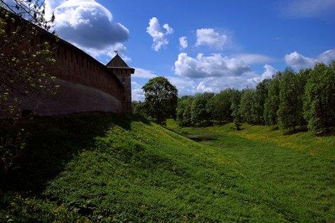 Стена Новгородского Кремля и Покровская башня.
