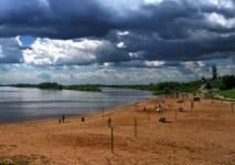 Пляж у стен Кремля, на берегу реки Волхов. Великий Новгород.
