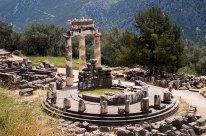 Дельфийский толос (The Tholos) в святилище богини Афины. Предназначение неизвестно. Дельфы.