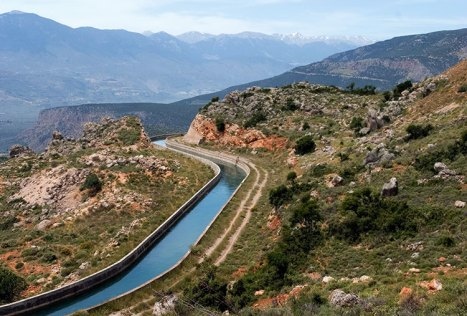 Рукотворный канал вдоль греческого шоссе Е65.