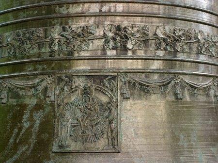 Орнамент на одном из колоколов перед звонницей Софийского собора. Великий Новгород.
