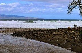 Гигантский прибой на пляже Punalau beach.