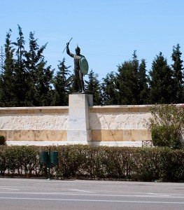 Памятник царю Леониду и 300 спартанцам в Фермопилах.