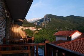 """Балконы гостиницы """"Афродита"""" в окрестностях национального парка Олимп."""