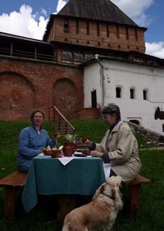 """Обед на лужайке перед рестораном """"Детинец"""" в Кремле. Великий Новгород."""