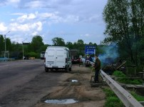 Жители деревни Акуловка с самоварами на обочине. Трасса Е105 Новгород - Тверь.
