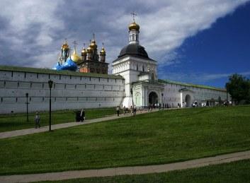 Восточная стена и вход в Троице-Сергиеву Лавру. Сергиев Посад.