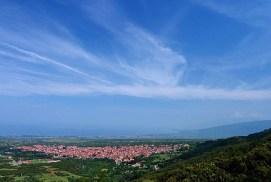Красные крыши деревни Litochoro у подножия Олимпа.