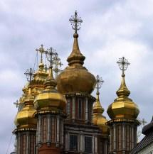 Надвратная церковь (17-й век). Сейчас в церкви совершается таинство покаяния для паломников. Троице-Сергиева Лавра.