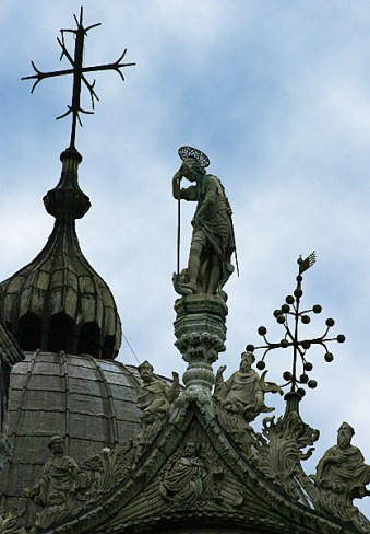 Скульптуры над центральной аркой базилики San Marco.