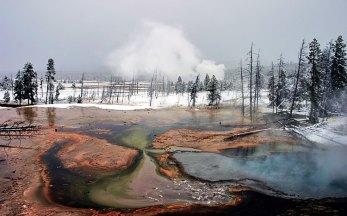 Разноцветная почва на Гейзеровом холме.