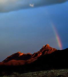 Вечерняя радуга в горах Chisos Mountains.