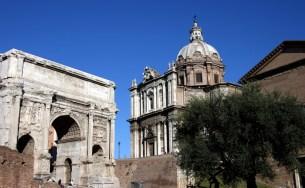 Триумфальная арка Септимиуса Северуса и Курия (здание древнеримского сената). Римский форум.