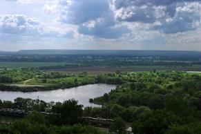 Река Клязьма и железная дорога внизу.