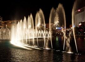 """Водные па. Вечернее шоу фонтанов перед отелем """"Bellagio""""."""