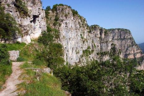Тропа на краю каньона Викос. Vikos-Aoos National Park.