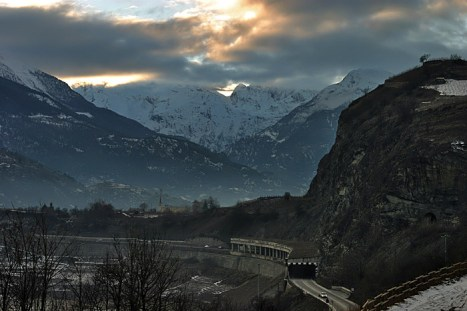 Тоннель через горы.