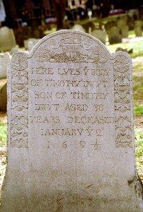 Одна из старейших могил на кладбище. Old granary burying ground.