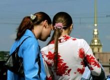 Девочки в ярких нарядах и Петропавловка.