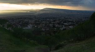 Вид со склона Везувия на Неаполь и Неаполитанский залив.