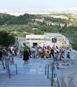 Толпы туристов ранним утром в Акрополе.