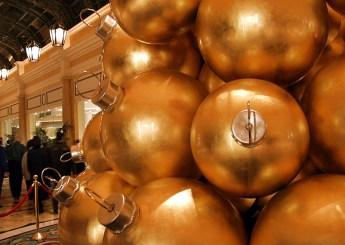 """Композиция из огромных ёлочных шаров. Отель """"Bellagio""""."""