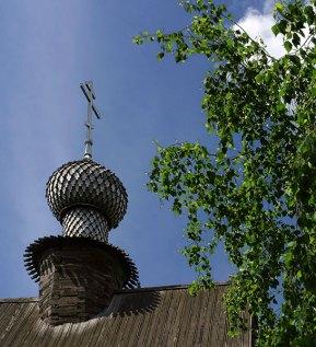 Деревянный, резной купол Никольской церкви. Все орнаменты выполнены с помощью топора. Суздаль.