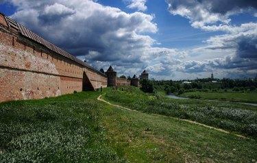 Западная стена Спасо-Ефимиевого монастыря (действующего). Периметр - полтора километра. Суздаль.