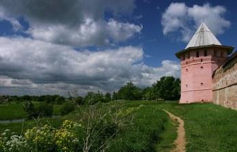 Тропинка между речкой Каменкой и стеной Спасо-Ефимиевого монастыря. Суздаль.
